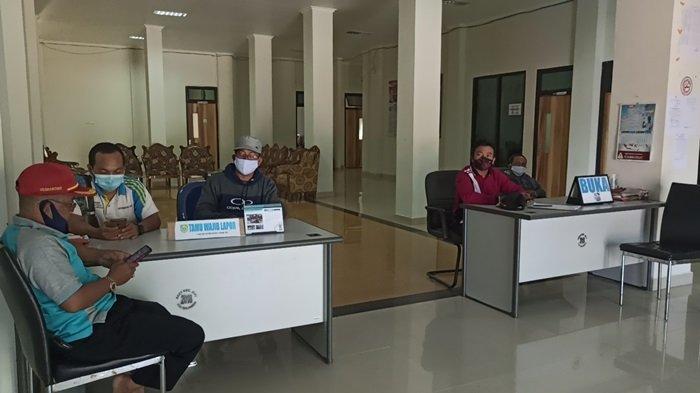 Kantor Camat Juai Kabupaten Balangan Miliki Rumah Pintar Pemilu di Ruang Tunggu Pelayanan - petugas-kantor-kecamatan-juai-kabupaten-balangan-tugas-di-meja-informasi.jpg