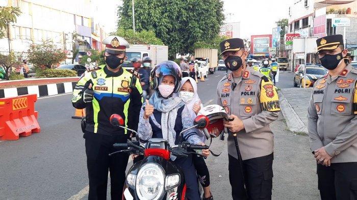 Operasi Patuh Lodaya 2021, Polres Karawang Bagi-bagi Helm dan Masker Gratis ke Pengendara