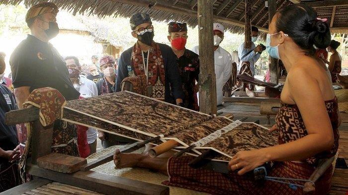 Jadi Hadiah Buat Pimpinan Dunia G20, Menparekraf Beli 120 Kain Tenun Gringsing di Desa Tenganan Bali