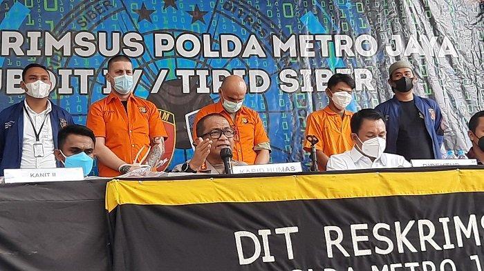 Polisi tangkap dua bule karena kasus skimming di Mapolda Metro Jaya, Semanggi, Jakarta Pusat, Rabu (15/9/2021). Keduanya mampu membobol ATM hingga Rp 17 miliar.