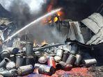 Kebakaran-hebat-terjadi-di-sebuah-pabrik-karung-di-jalan-Dongkal-1.jpg