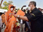 Wakil-Bupati-Bogor-Iwan-Setiawan-baju-hitam-menyambut-atlet-peraih-medali-emas.jpg