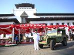 Wakil-Gubernur-Jawa-Barat-Uu-Ruzhanul-Ulum-bersama-mobil-kesayangannya-Jeep-Willys.jpg