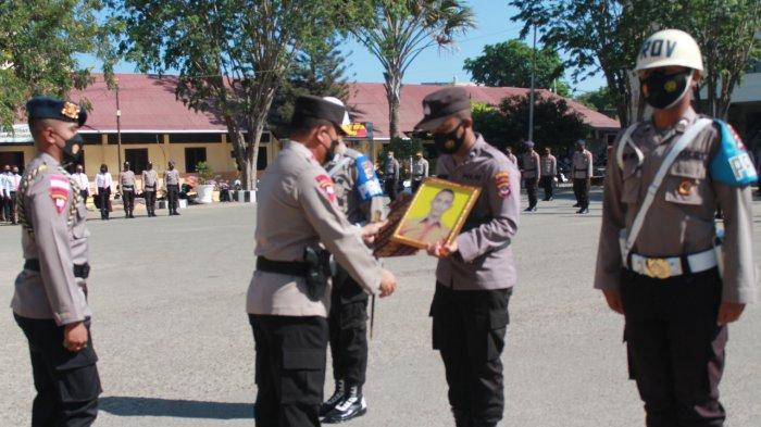 13 Anggota Polri di NTT 'Dilepas Paksa' Baju Dinas