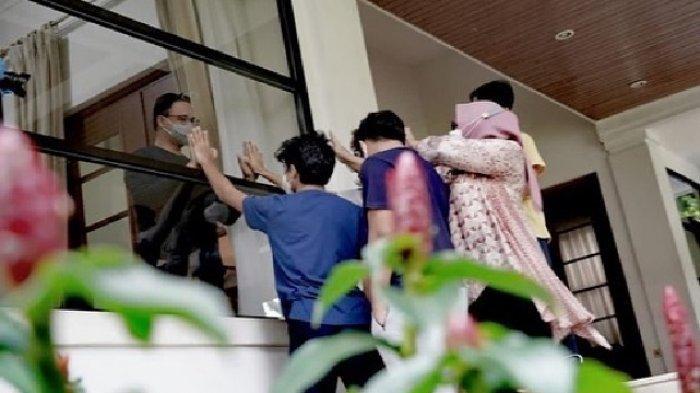 FOTO-FOTO Anies Baswedan Terpisah Kaca karena Covid, Lepas Kangen Anak Istri Lewat Isyarat Tangan