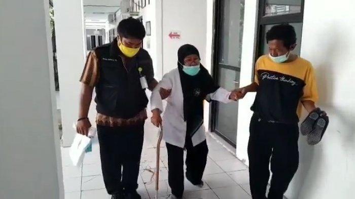 Perjuangan Imas, Guru Honorer 53 Tahun di Karawang yang Ikut PPPK Walau Berjalan Pakai Tongkat