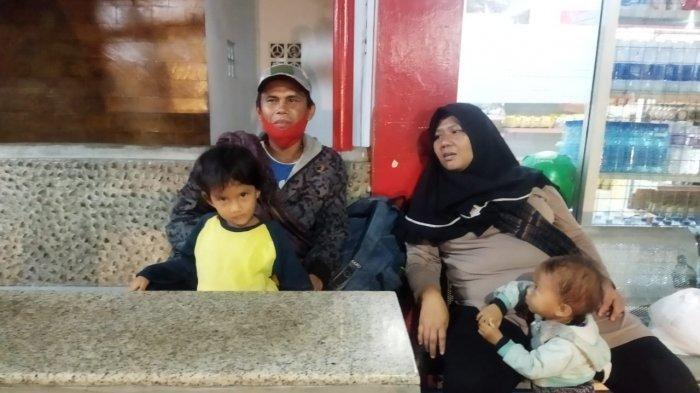 Kisah Pasutri Mudik Jalan Kaki dari Jateng ke Jabar Gendong Balita: Kena PHK, Bekal Rp 120 Ribu