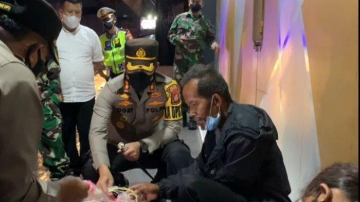 Kisah Penjual Kerupuk: Kaget Didatangi Satgas Tasik Saat Tidur di Emperan Toko, Dagangan Diborong