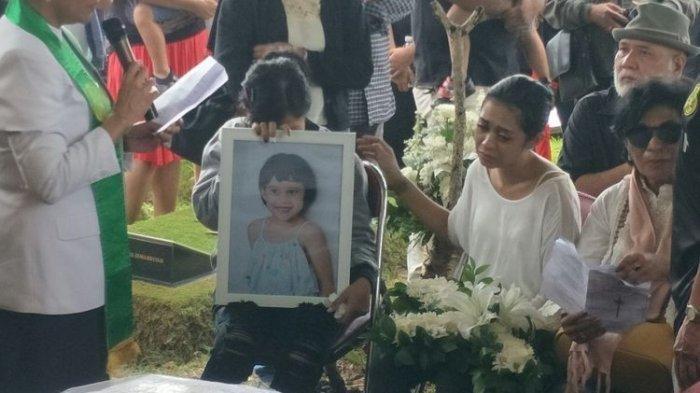 Kematian Putri Karen Pooroe Mencurigakan, Pihaknya Ungkap Kejanggalan: Anak Saya Takut Balkon