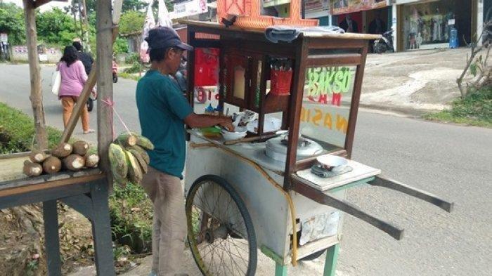 TRAUMA Pak Nasib, Tukang Bakso Ditendang Pembeli Gara-gara Protes Cuma Dibayar 2 Porsi dari 4 Porsi