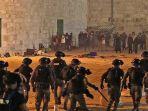 pasukan-keamanan-israel-maju-di-tengah-bentrokan-dengan-jemaah-di-masjid-al-aqsa.jpg