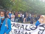 puluhan-mahasiswa-universitas-pattimura-ambon-menggelar-aksi-demo-menolak-ppkm.jpg