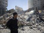 seorang-polisi-palestina-berdiri-di-depan-reruntuhan-jala-tower.jpg