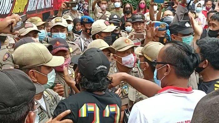 Massa PKL Simpang Lima Gumul Sempat Ricuh dengan Satpol PP di Depan Pendopo Kabupaten Kediri
