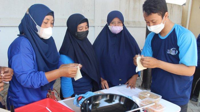 Terobosan Konsumsi Ikan, Pelaku UMKM di Kediri Diajari Bikin Kue Sambosa Berbahan Ikan Lele