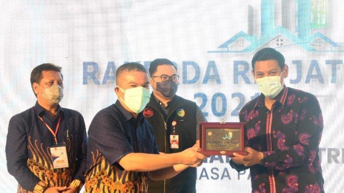 Komitmen Bangun Perumahan, Wali Kota Kediri Dapat Penghargaan Karmika Graha Abinaya