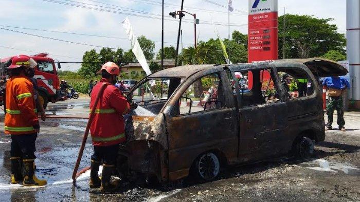 Mobil Daihatsu Espass Tiba-tiba Terbakar di SPBU Godean Nganjuk Setelah Isi Bensin