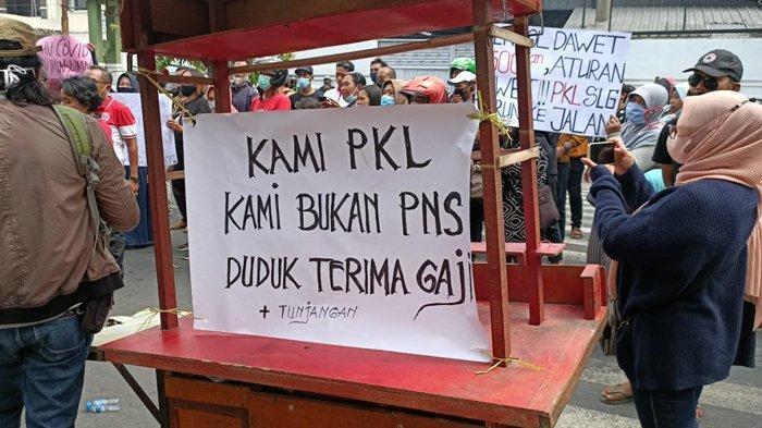 PKL Simpang Lima Gumul Unjuk Rasa Minta Diperbolehkan Berdagang Kembali