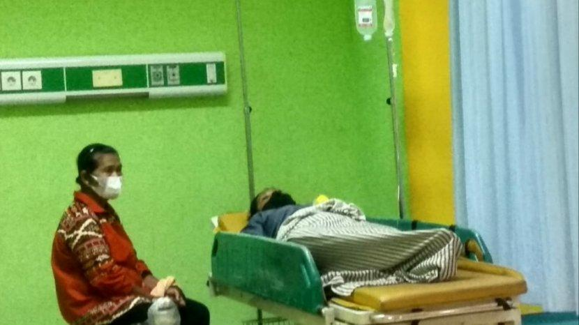Salah-satu-korban-diduga-keracunan-makanan-saat-berada-di-IGD-RSUD-Kertosono-Nganjuk.jpg