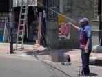 pekerja-pemasang-baliho-jatuh-tersengat-listrik-di-Jl-HOS-Cokroaminoto-Kota-Kediri.jpg