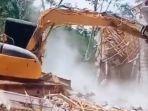 suami-hancurkan-rumah-dengan-alat-berat.jpg