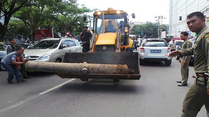 Meriam Tua di Jalan Sudirman Dibawa Menggunakan Ekskavator
