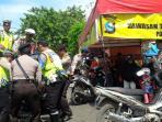 polisi-membawa-sepeda-motor-yang-parkir-di-kawasan-ujung-murung-banjarmasin_20160721_154629.jpg