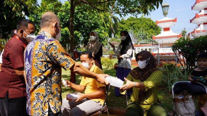 Bupati Dian Bagikan Masker dan Hand Sanitizer ke Warga yang Antre Vaksinasi di Halaman Setda Jepara