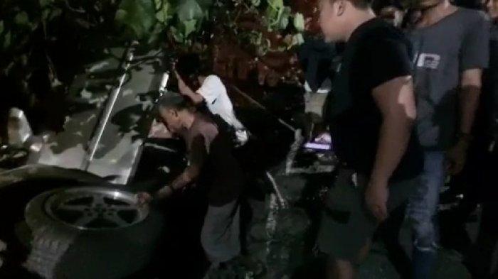 Kecelakaan Mobil Sedan di Kota Tegal Tabrak Lapak Tambal Ban dan Berakhir di Saluran