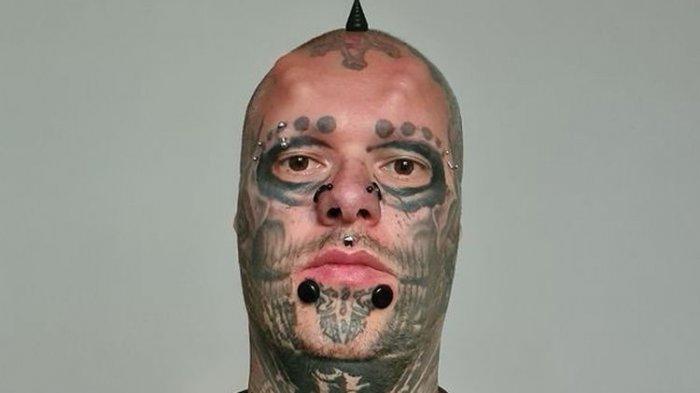 Pria Ini Cabut Telinganya Sendiri dan Disimpan di Toples, Terobesei Kepalanya Mirip Tengkorak