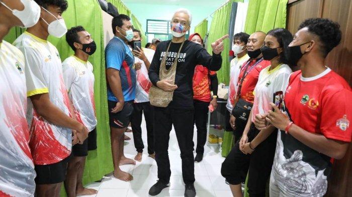 Kaget, Reaksi Ganjar Temukan Sambal Petai saat Kunjungi Wisma Atlet Jateng di Mimika Papua