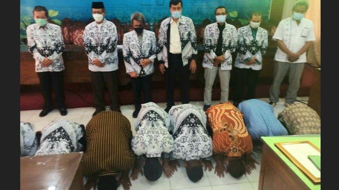 Kisah Guru Honorer di Jateng Lolos PPPK: Sujud Syukur dan Hadiahi Pisang ke Pengurus PGRI
