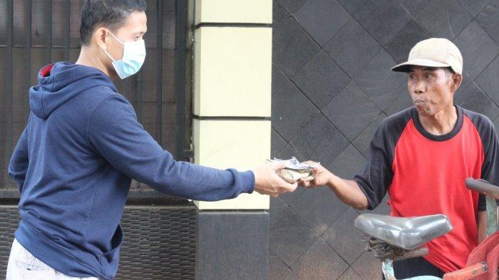 Hotel Santika Pekalongan Bagi-bagi Masker Batik dan Nasi Kotak ke Warga