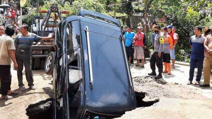 Moncong Mobil Kijang Andi Tiba-tiba Masuk Lubang, Jalan di Kaliwiro Wonosobo Tiba-tiba Ambles
