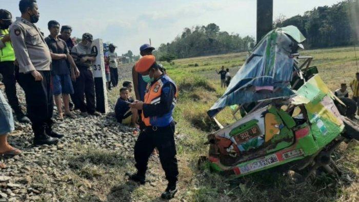Detik-detik Odong-odong Ditabrak Kereta di Lintasan Tanpa Palang Pintu Tegal, Begini Kondisi Sopir