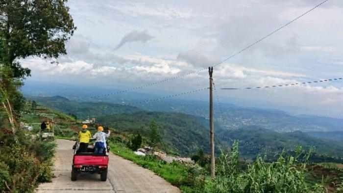 Serunya Menjelajah Hutan Pinus dan Tol di Atas Awan dengan Kendaraan Off Road di Batang