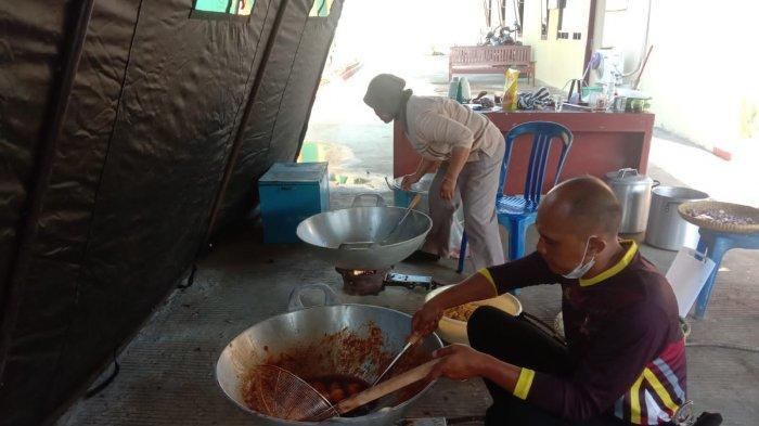 Anggota Polres Purbalingga Bikin Dapur Umum Bagi Siswa SMP di Mrebet yang Jalani Isolasi Terpusat