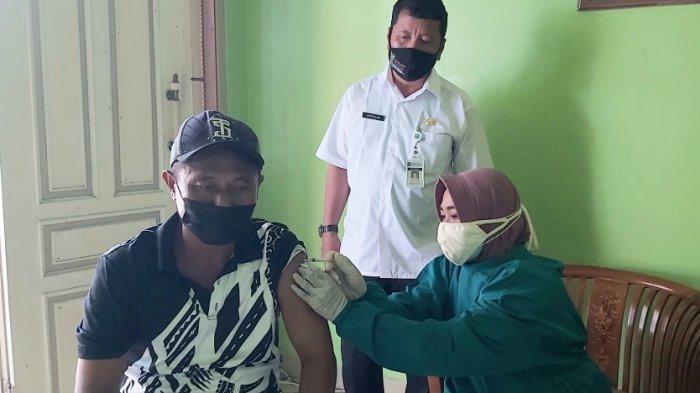 Warga Tegal Antusias Ikuti Vaksin Door to Door di Rumah Ketua RT, Hadi: Senang, Lebih Dekat