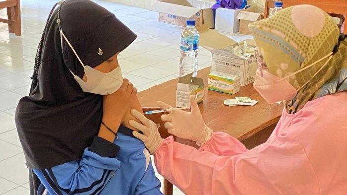 Ratusan Siswa Disuntik Dosis Pertama, SMPN 1 Adiwerna Gandeng Polres Tegal Genjot Vaksinasi