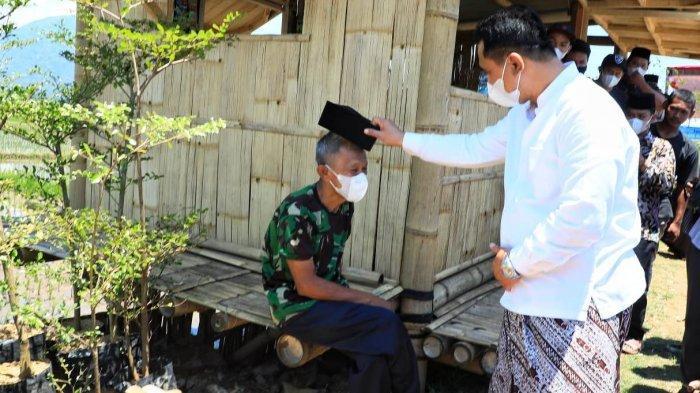 Sedang Antre Bantuan Sembako, Mbah Rofik Senang Dapat Peci dari Wagub Jateng Taj Yasin