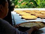 Zaenal-saat-proses-penjemuran-pisang-dalam-pembuatan-Sale-Pisang-Rabu-20102021.jpg