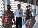 wna-china-lou-youzhen-ketiga-kiri-dikawal-petugas-saat-hendak-dideportasi-dari-wilayah-indonesia.jpg