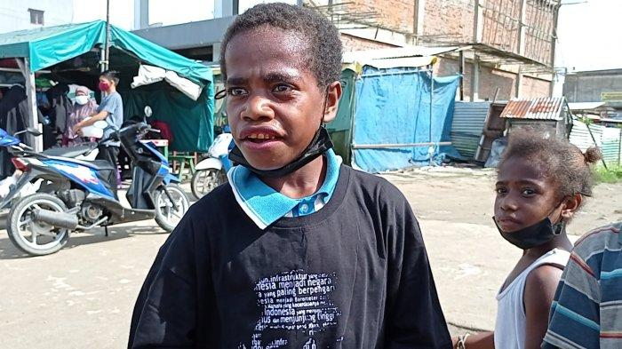 Bocah asal Kokoda Ini Mengaku Senang Bisa dapat Baju dari Jokowi di Sorong