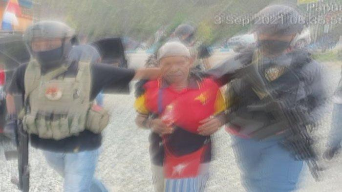 Ditangkap Satgas Nemangkawi, Penyuplai Senpi ke KKB Tunjukkan Tempat Dia Menyembunyikan Senjata