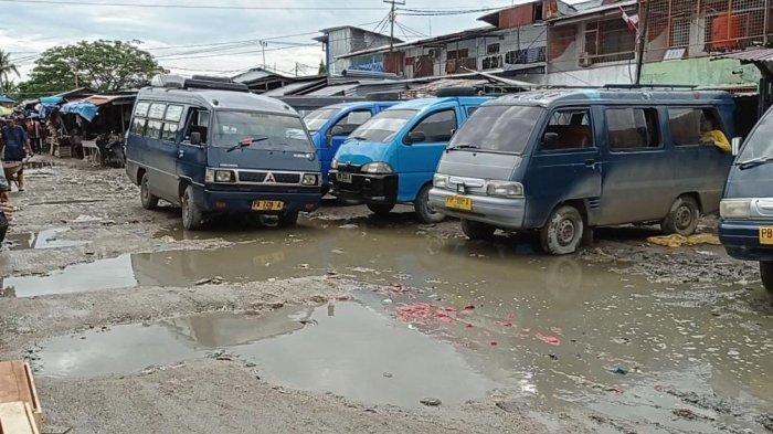 Bayar Retribusi Setiap Saat, Sopir Angkot Keluhkan Jalan Rusak di Pasar Remu Sorong
