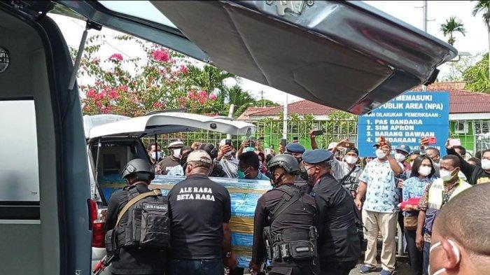 BREAKING NEWS: Isak Tangis Menyambut Jenazah Tokoh Sentral Pemekaran Papua Barat di Manokwari