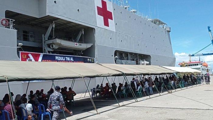 KRI dr Soeharso Gelar Serbuan Vaksinasi Maritim di Dermaga Sorong Papua Barat