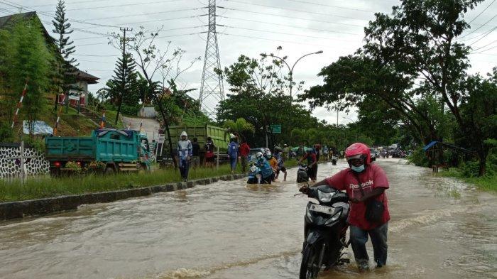 Ratusan Pengendara Terjebak Banjir di Ruas Jalan KM 14 Sorong, Ada yang Tunggu 3 Jam agar Bisa Lewat