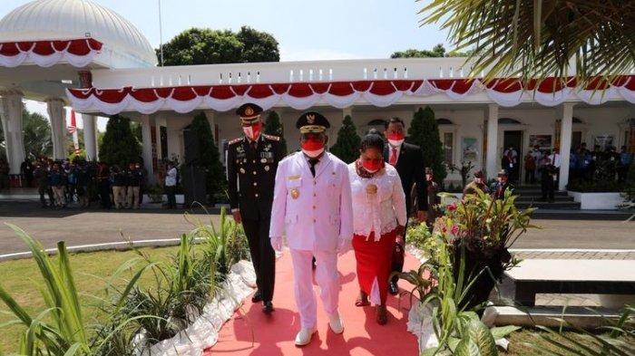 Masih Sakit, Gubernur Papua Lukas Enembe Harus Diinfus saat Jadi Inspektur Upacara HUT ke-76 RI