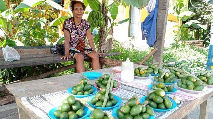 Demi Anak Jadi Sarjana, Mama Papua di Sorong Tak Malu Jualan Pinang